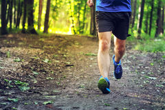 Młody człowiek biega outdoors fotografia stock