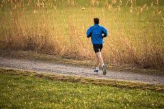 Młody człowiek biega outdoors zdjęcie royalty free