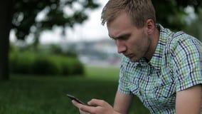 Młody Człowiek Bierze obrazki Przy Fachową Cyfrowego SLR kamerą zbiory