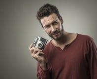 Młody człowiek bierze obrazki z rocznik kamerą Zdjęcia Royalty Free