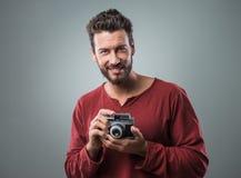 Młody człowiek bierze obrazki z rocznik kamerą Zdjęcia Stock