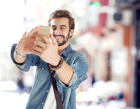 Młody człowiek bierze selfie Zdjęcia Royalty Free