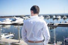 Młody człowiek blisko jachtu klubu, widok od plecy Zdjęcia Royalty Free