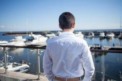 Młody człowiek blisko jachtu klubu, widok od plecy Zdjęcie Royalty Free