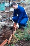 Młody człowiek buduje wystroju ogrodzenie Obrazy Royalty Free