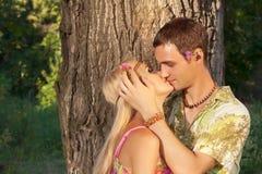Młody człowiek całuje świetnej młodej kobiety Obrazy Stock
