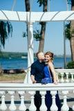 Młody człowiek całuje jego pięknej dziewczyny Zdjęcia Stock