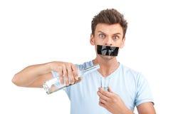Młody człowiek chce zatrzymywać pić zdjęcia stock