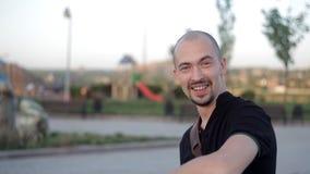 Młody człowiek, chodzi w parku ładnym spotykać inny zdjęcie wideo