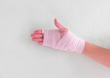 Młody człowiek chwyt bandażująca ręka Zdjęcia Stock