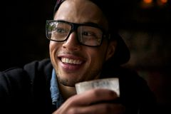 Młody człowiek cieszy się kawę Zdjęcia Royalty Free
