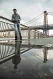 Młody człowiek czeka wzdłuż Wschodniej rzeki pod Williamsb, Obraz Royalty Free