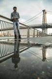 Młody człowiek czeka wzdłuż Wschodniej rzeki pod Williamsb, Obrazy Stock