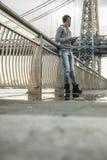 Młody człowiek czeka wzdłuż Wschodniej rzeki pod Williamsb, Zdjęcia Royalty Free