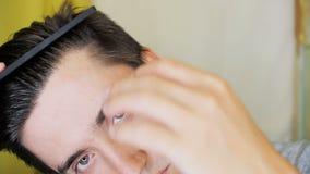 Młody człowiek czesze jego włosy zbiory wideo