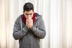 Młody człowiek czuje bardzo zimno, jest ubranym ciężkiego pulower obrazy royalty free