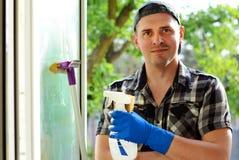 Młody Człowiek Czyści Windows Fachowa cleaning firma obraz stock