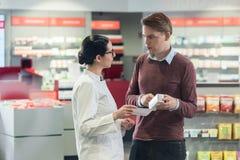 Młody człowiek czyta receptę znacząco medycyna obraz stock