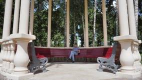 Młody człowiek czytelnicza książka w parku zbiory wideo