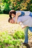 Młody człowiek daje piggyback kobieta fotografia royalty free