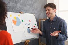 Młody człowiek daje prezentaci kolega obraz stock