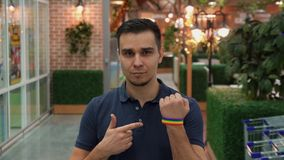 Młody człowiek demonstruje LGBT atrybut Fotografia Stock