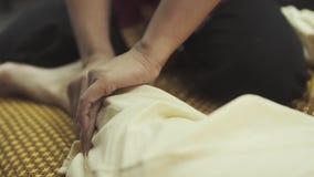 Młody człowiek dostaje nożnego masaż w zdroju salonie zbiory wideo