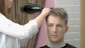 Młody człowiek dostaje włosy farbujący zdjęcie wideo