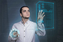 Młody człowiek dotyka wirtualnego parawanowego dokument w futurystycznym technol Zdjęcia Stock