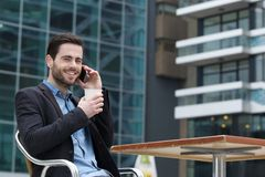 Młody człowiek dzwoni z telefonem komórkowym Obrazy Royalty Free