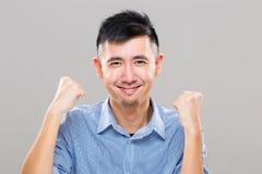Młody człowiek ekscytuje dawać ręki podwyżki pięści fotografia stock