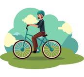 Młody człowiek, facet jedzie miastowego bicykl, jeździć na rowerze w hełmie Zdjęcia Royalty Free
