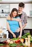 Młody człowiek flirtuje z uśmiechniętą dziewczyną Fotografia Stock