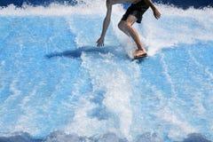 Młody człowiek flowriding i flowboarding na sztucznych szkotowych falach obrazy royalty free