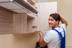 Młody człowiek gromadzić kuchennego meble Fotografia Royalty Free