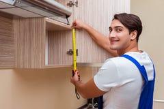 Młody człowiek gromadzić kuchennego meble Zdjęcie Royalty Free