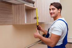 Młody człowiek gromadzić kuchennego meble Zdjęcia Stock