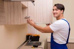 Młody człowiek gromadzić kuchennego meble Zdjęcie Stock