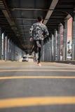 Młody człowiek iść biegać w zimnej pogodzie Brooklyn, NYC Obrazy Stock