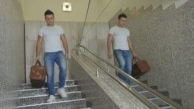 Młody człowiek iść puszków schodki w sporta centrum zbiory wideo