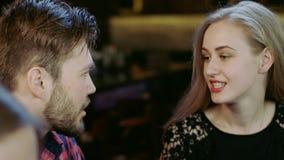 Młody człowiek i kobieta flirtujemy siedzieć w barze zdjęcie wideo