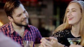 Młody człowiek i kobieta flirtujemy siedzieć w barze zbiory