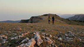 Młody człowiek i kobieta jogging w górach Biega?, sporty, sprawno?? fizyczna i zdrowy styl ?ycia outdoors w lato naturze, zbiory wideo