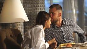 Młody człowiek i kobieta na daktylowy flirtować Pary obsiadanie w sklep z kawą zbiory