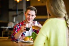 Młody człowiek i kobieta pije wino w restauraci Młody człowiek i kobieta pije wino na dacie Mężczyzna i kobieta na dacie obrazy stock
