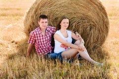 Młody człowiek i kobieta pozuje w polu blisko beli siano Zdjęcia Stock