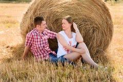 Młody człowiek i kobieta pozuje w polu blisko beli siano Obrazy Royalty Free