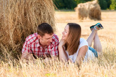 Młody człowiek i kobieta pozuje w polu blisko beli siano Zdjęcie Stock