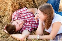 Młody człowiek i kobieta pozuje w polu blisko beli siano Zdjęcia Royalty Free
