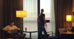 Młody człowiek i kobieta pracuje w pokoju hotelowym zbiory wideo